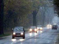Die Autofahrer schalten am Sonntag (25.11.01) auf einer Landstrasse bei Koeln bei trueben Novemberwetter das Licht an. Das feuchte und kalte Herbstwetter wird nach Vorhersage der Meteorologen auch die naechsten Tage anhalten.  Foto: Federico Gambarini/ddp