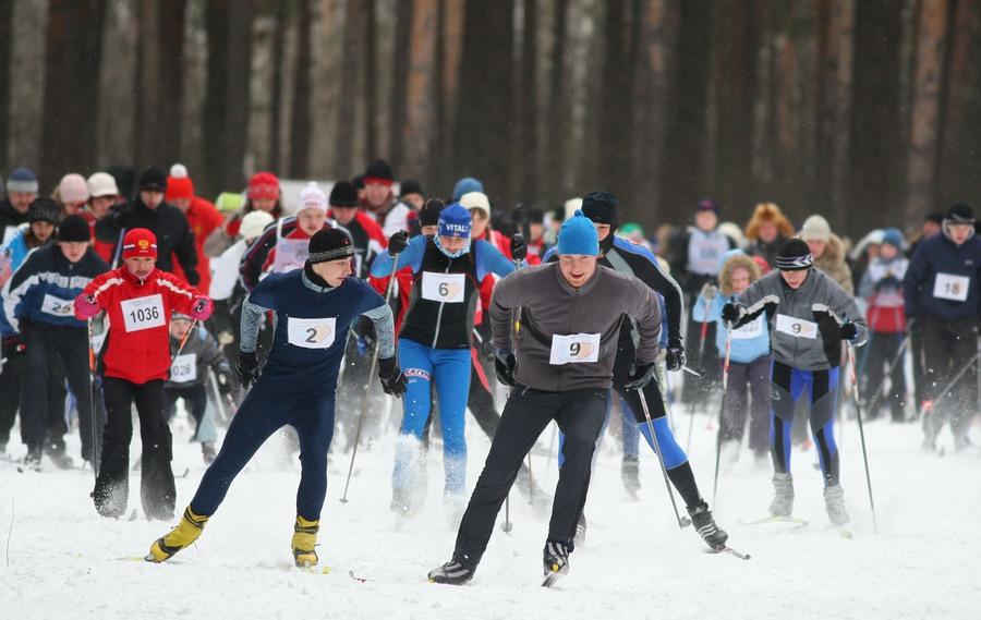 """ITAR-TASS 85: IVANOVO, RUSSIA. FEBRUARY 14, 2010. Amateur athletes participate in the nationwide 2010 Ski-Track of Russia mass race. (Photo ITAR-TASS / Vladimir Smirnov) 85. Ðîññèÿ. Èâàíîâî. 14 ôåâðàëÿ. Ó÷àñòíèêè Âñåðîññèéñêîé ìàññîâîé ëûæíîé ãîíêè """"Ëûæíÿ Ðîññèè"""". Ôîòî ÈÒÀÐ-ÒÀÑÑ/ Âëàäèìèð Ñìèðíîâ"""