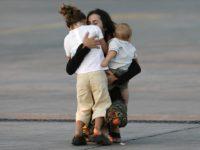 Детей обнимают
